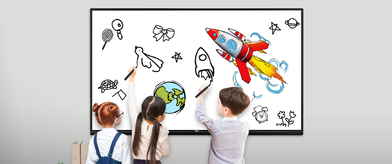 Tres niños están dibujando en el TR3BF al mismo tiempo.